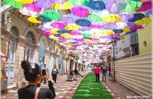 【今年もカラフル!】ポルトガルの通りが「美しいパラソル」で埋め尽くされる日がやってきた!