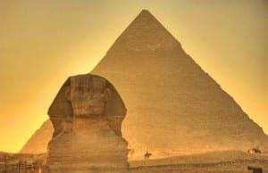 ピラミッドの謎:宇宙人説VS古代エジプト人説