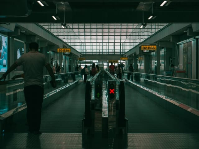 飛行機のオーバーブッキングについて知るべき&やるべき事(空港で急ぐ)