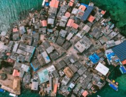 【世界一の人口密度?】狭すぎ&混みすぎの「イスロテ島(Santa Cruz del Islote)」
