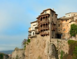 【世界一の眺望?】今にも崖から落下しそうな「カサス・コルガーダス(宙吊りの家)」